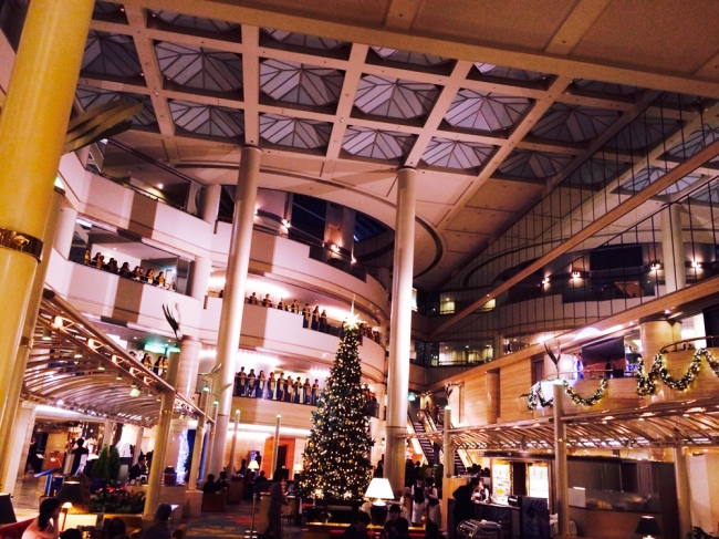 ニューオータニる。「ホワイトスノーツリー」と「サンタクロースハウス」がホテルロビーに誕生