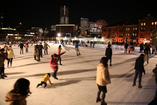 横浜の冬の風物詩「アートリンク」。横浜赤レンガ倉庫で楽しむスケート&アート。今年のテーマは「氷上のフルーツポンチ」